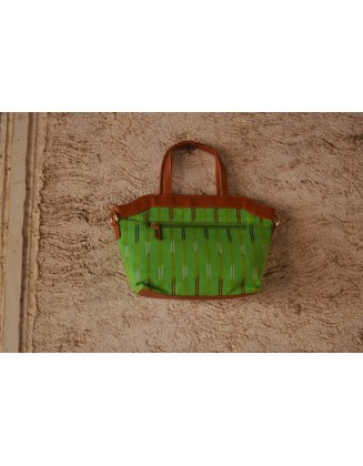 GREEN PRINTED QUIRK SLING BAG